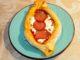Πεϊνιρλί με ντομάτα, φέτα, και σαλάμι αέρος