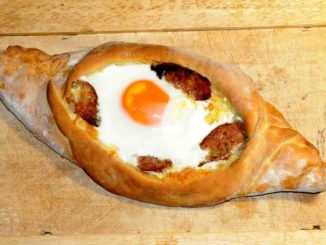 Πεϊνιρλί με τυρί λουκάνικα και αυγό