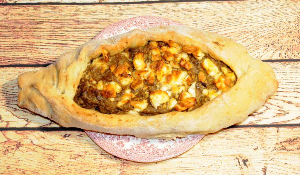 Πεϊνιρλί με τυρί που λιώνει και πουρέ μελιτζάνας