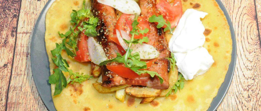 Μερίδα πίτα με Λουκάνικα και γιαούρτι - Portion of pie with sausages and yogurt