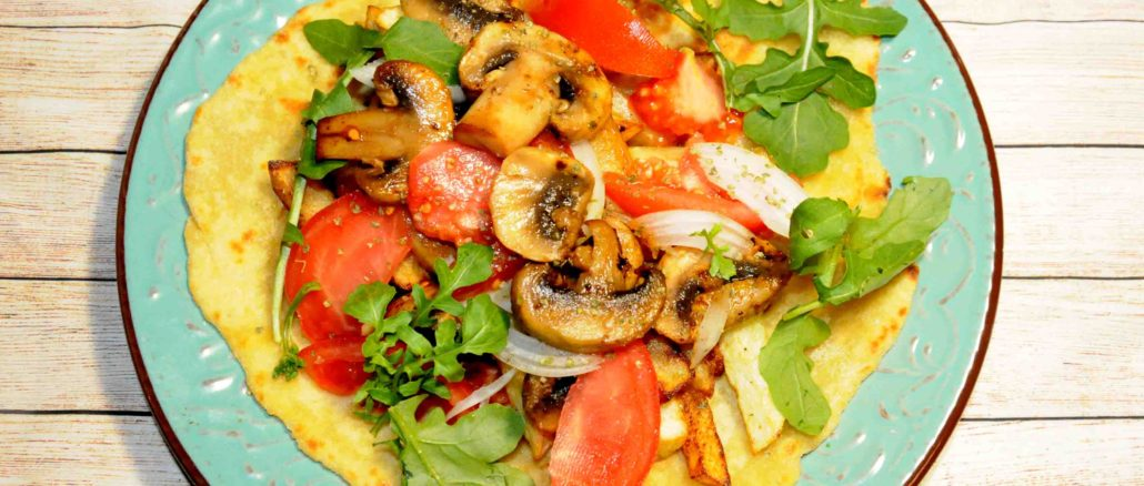 Μερίδα πίτα με μανιτάρια και γιαούρτι - Portion of pie with mushrooms and yogurt