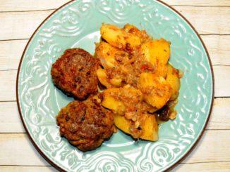 Πατάτες γιαχνί στο φούρνο με κεφτεδάκια - Yahni potatoes in the oven with meatballs