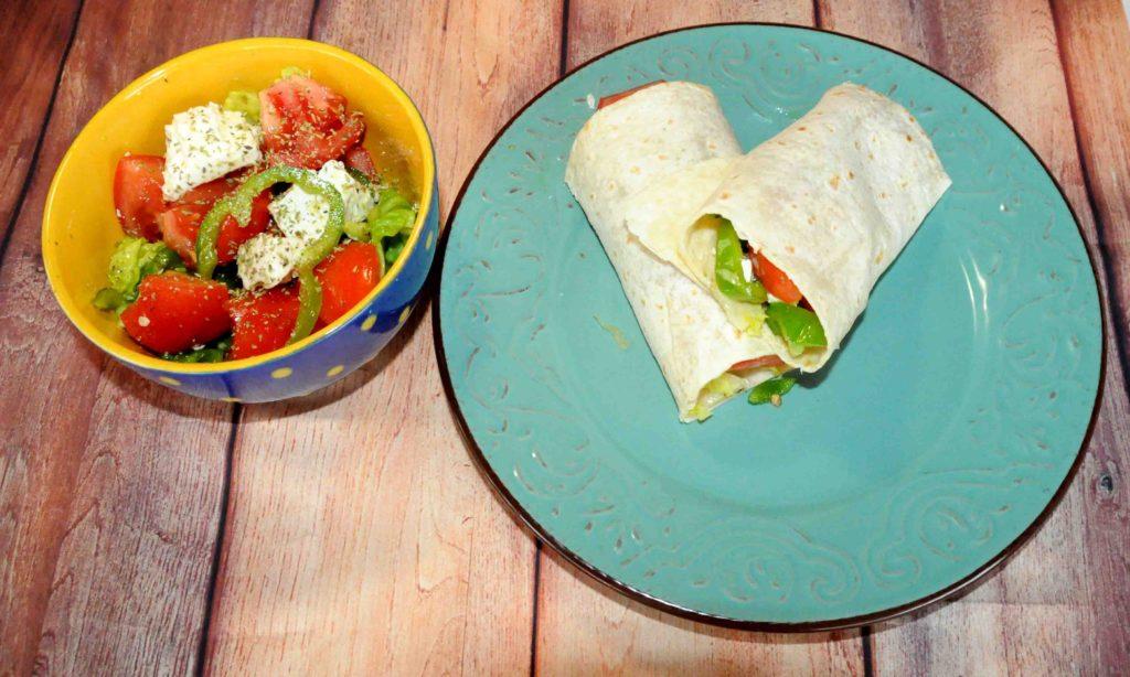Αραβική πίτα με σαλάτα ντομάτας