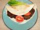 Μερίδα με αραβική πίτα και μπιφτέκια