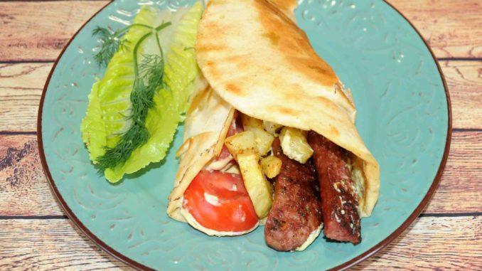 Αραβική πίτα με λουκάνικο χωριάτικο