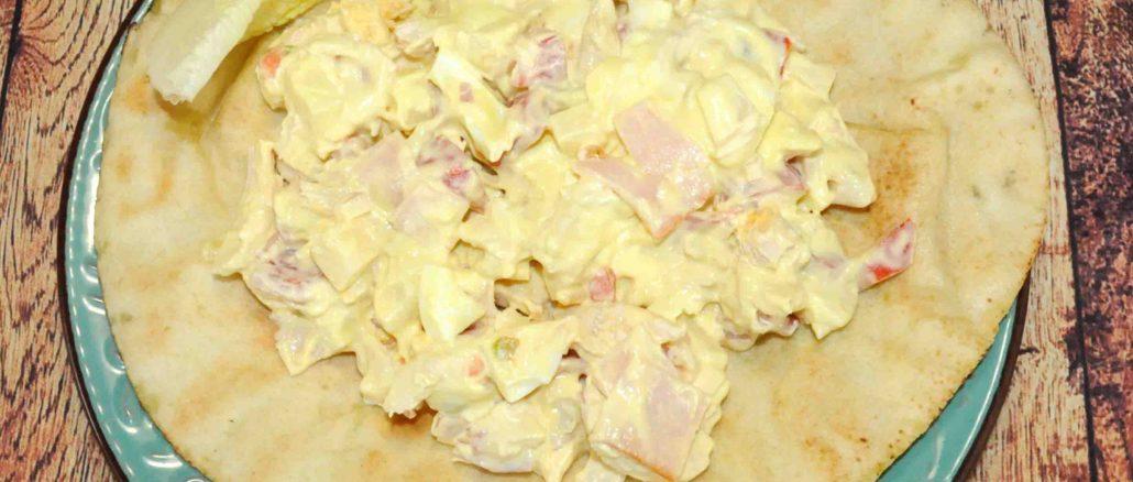 Μερίδα με αραβική πίτα με κοτόπουλο