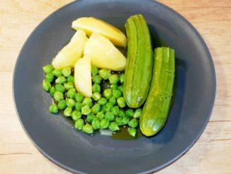 Σαλάτα με πατάτες κολοκυθάκια και φρέσκα ρεβύθια από τον κήπο μου