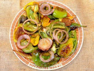 Πιπεριές και κρεμμύδια τηγανιτά