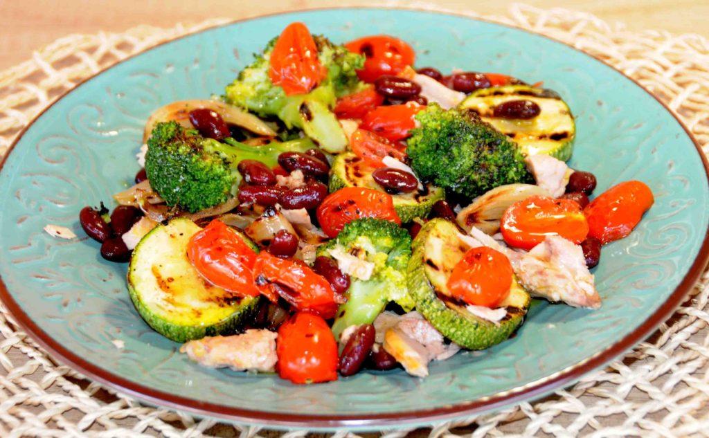 Κόκκινα φασόλια σαλάτα με ψητά λαχανικά και τόνο