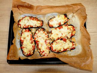 Μελιτζάνες στο φούρνο με γέμιση σαν πίτσα